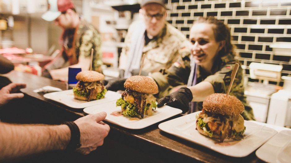 They sell like hotcakes. They kind of are. The recipes of Buldog burgers like to celebrate typical North German dishes such as kale. Wednesdays is veggie Wednesday, Tuesdays there is a free special drink with every burger ordered.