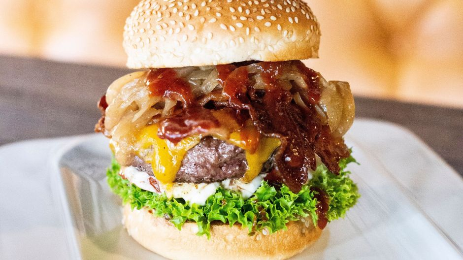 "Quality and freshness are the standard: freshly minced patties, bacon and crisp salad with creative bun variety, for example with the Potato-Wheat-Sesame Bun for Schulze Green Cabbage 2.0 or the Briochebun for ""The Wildsau"" with wild boar patty and cranberry shallots."