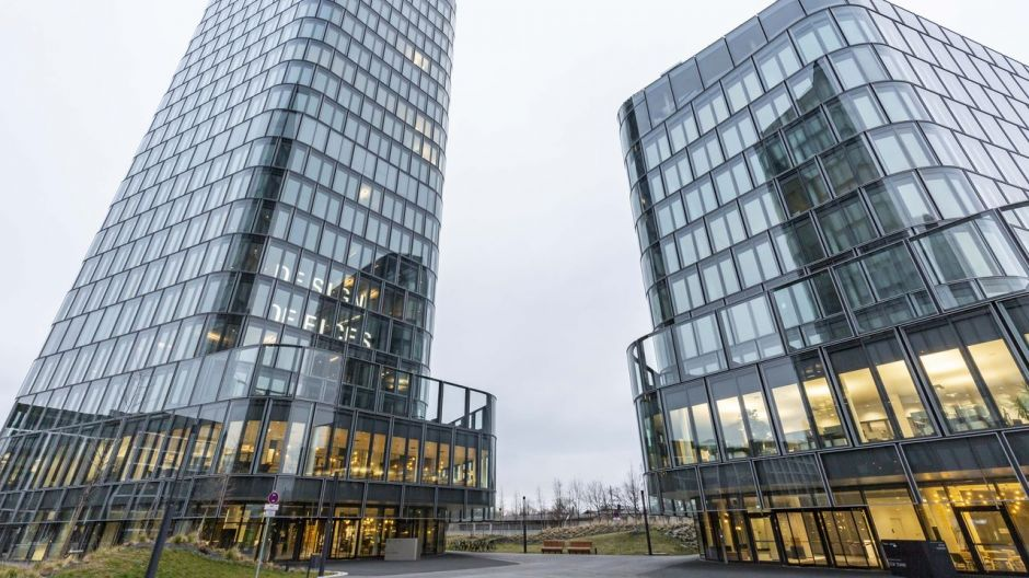 The four Bavaria Towers, visible from afar, are the new landmark in the east of Munich. The pentagonal floor plans of the Spanish star architects by Nieto Sobejano offer space for 62,000 sqm of office space in three buildings.