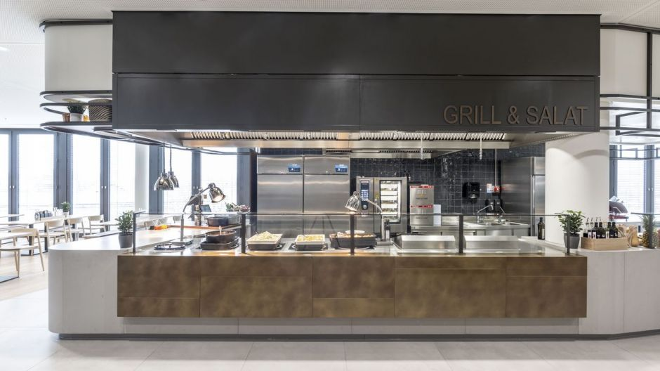On the 1st floor of Tower E, salad and barbecue specialities are offered at the counter.
