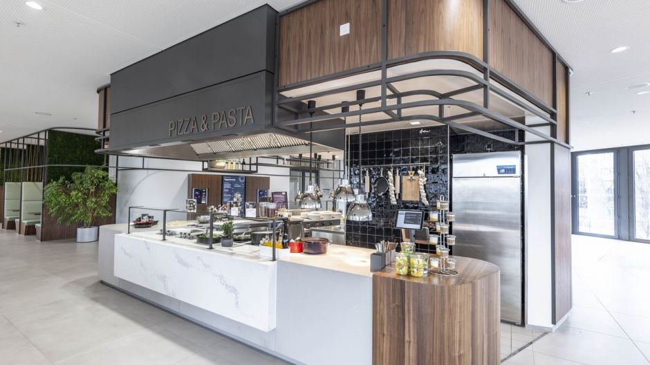 The counters of the food outlets for pizza & pasta and traditional lunches skilfully take up the design language of the towers.