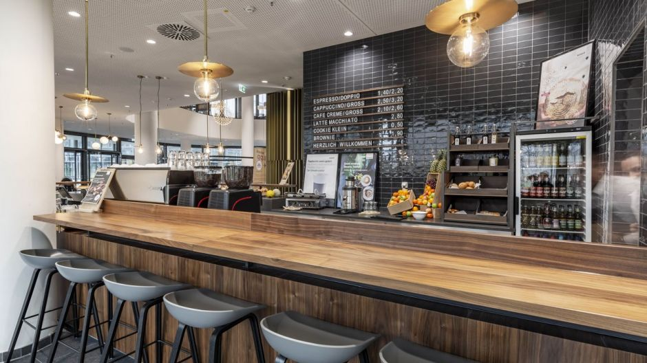 Espresso, lungo or a latte? The coffee bar on the ground floor of Tower E is a meeting place after dinner or for a coffee.