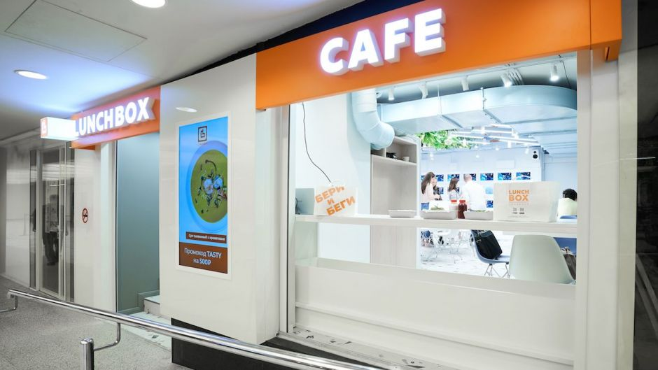 With Lunch Box, gastronome Andrey Tutikov has opened a completely digital café in Moscow City. The central element is a wall with 21 serving trays where guests can pick up their orders. Orders are placed via app, payment is also made digitally in advance.