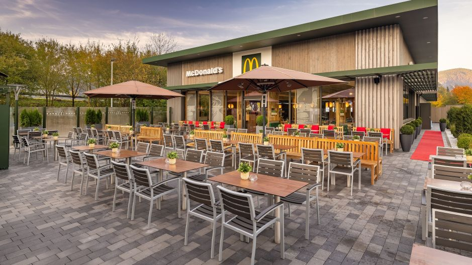 Heinritzi would like to attract over 500,000 guests annually with the novel restaurant concept of its 49th unit to the industrial estate near Kiefersfelden, directly on the A93 motorway. 130 seats inside and another 130 on the terrace are available there, 50 new jobs have been created.