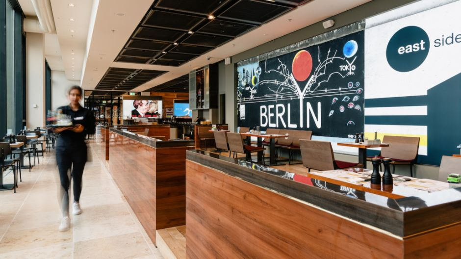 With 12 fixed and further mobile locations in three terminals, the transport caterers are the largest gastro-player at the new airport Berlin-Brandenburg (BER). In addition to established brands from their own portfolio, they developed three concepts especially for BER: East Side Berlin, Berlin Pub and Deli Berlin.
