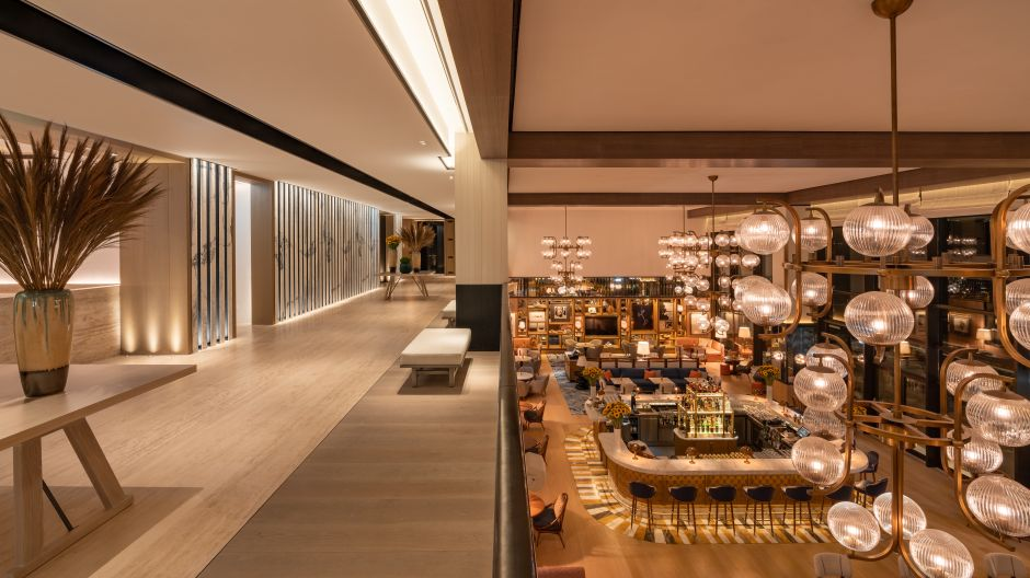 "Guests in the Avra Lounge in Athens feel almost like in a museum. This is also ensured by the ingenious lighting. ""The lighting details are elegantly and carefully placed,"" says Design Award jury member Samantha Goodrich from Viceroy Hotels."