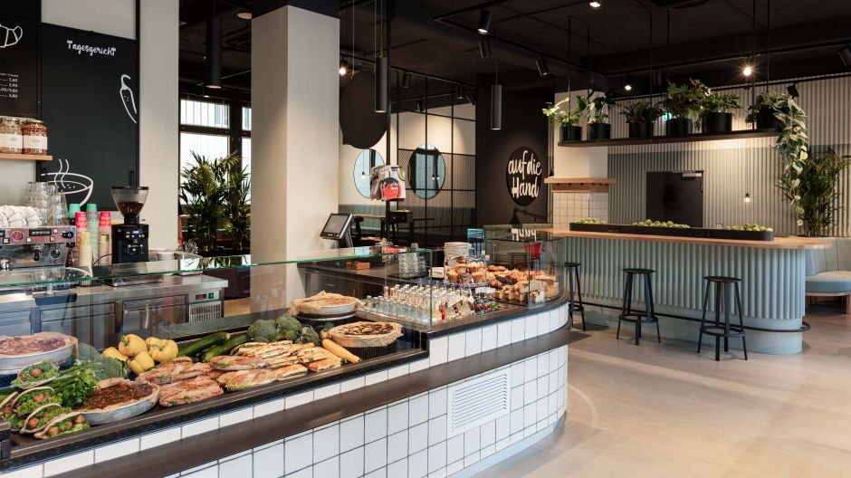 Fine fast food at your fingertips. Generous planning and a comprehensible ordering process with sufficient walking and waiting areas around the counter facilitate the processes at the Olivaerplatz location even under Corona conditions.