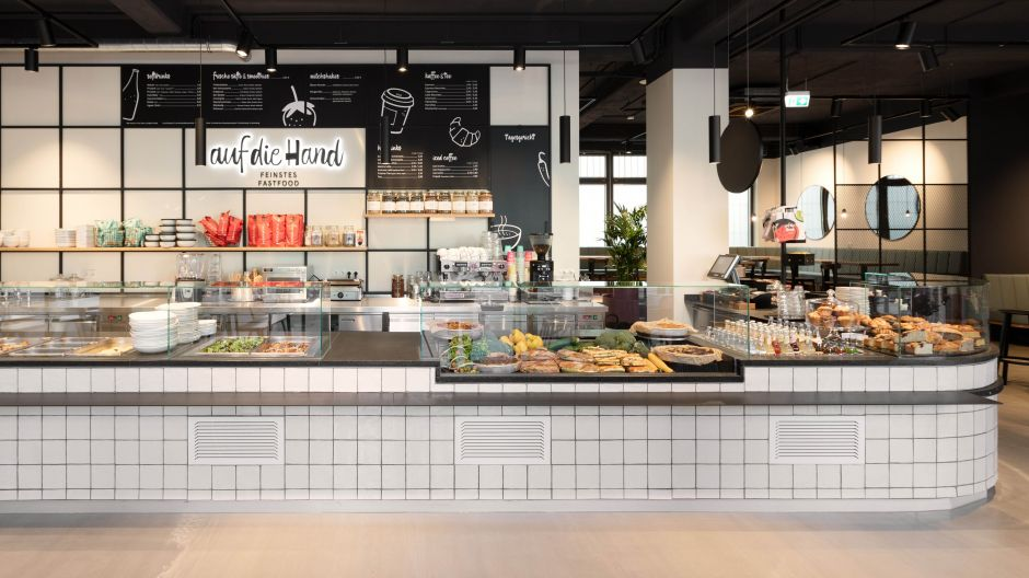 The store design and the inviting Gourmet counter put the focus on the products at the Olivaerplatz location.