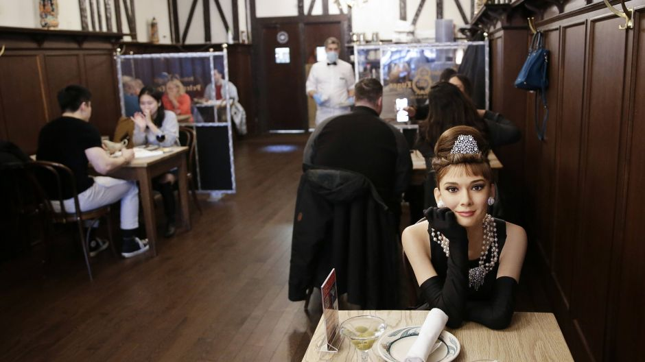 Since February 26, New York restaurants have been allowed to serve guests indoors at up to 35 percent capacity. The traditional New York Peter Luger Steak House invited celebrity guests of honor - made of wax. In cooperation with Madame Tussauds, wax figures of Audrey Hepburn, Michael Strahan, Jimmy Fallon, John Hamm and Al Roker filled the empty seats.