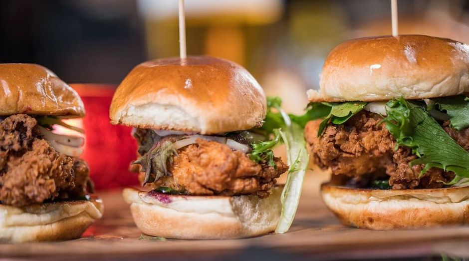 Eine gewagte Kombination sind die Buttermilk Fried Chicken Blueberry Sliders.