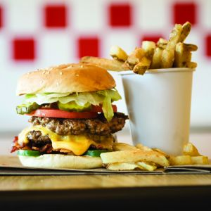 Objekte der Begierde: Hiome-made Burger und Fries. Foto: Five Guys