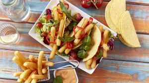 'Sweet-Potato-Churros' mit Tortillas, Salat und Dip.