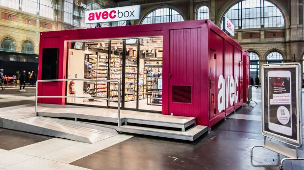 Valora is now testing the Avec Box in Wetzikon (Switzerland). Customers can enter the store from Monday to Friday during rush hours even without an app and pay at self-checkout counters.