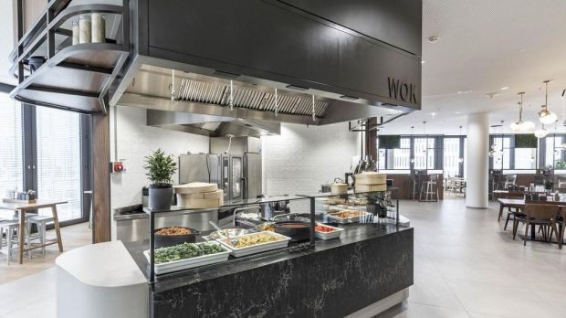 At the counter, Asian dishes are freshly prepared in the wok.