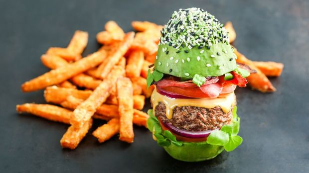 Avocado instead of buns: The bun burger is topped with an Angus beef patty, bacon, lettuce, onions and tomatoes.